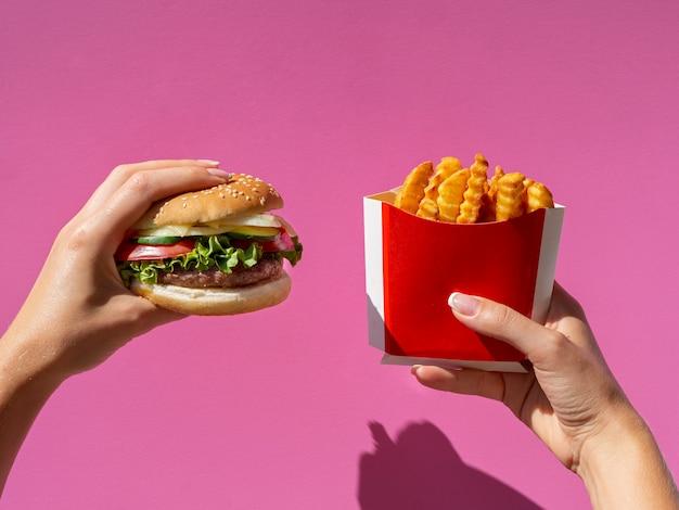 Smakelijk amerikaans eten op roze achtergrond Gratis Foto