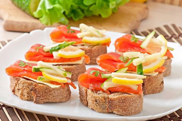 Smakelijk broodje met zalm Gratis Foto