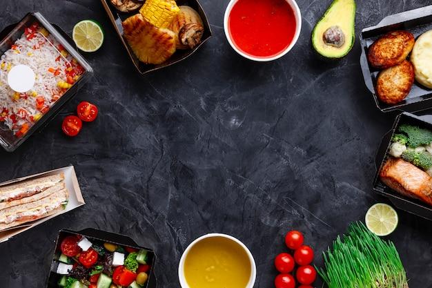 Smakelijk eten in dozen voor bedrijfsfeesten Premium Foto