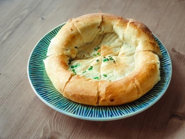 Smakelijk tandoor gebakken brood op plaat Premium Foto