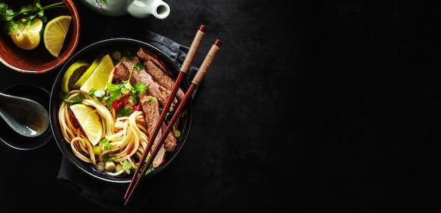 Smakelijke aziatische klassieke soep met noedels en vlees Premium Foto