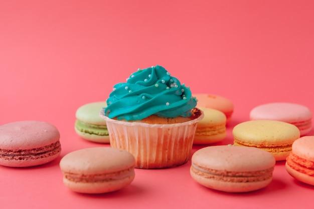 Smakelijke cupcakessnoepjes op roze dichte omhooggaand Premium Foto