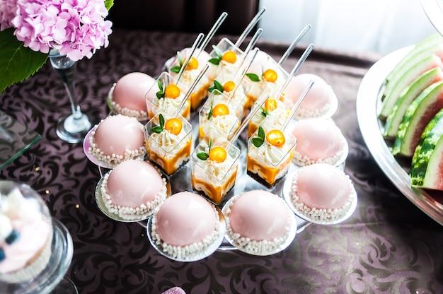 Smakelijke decoraties van het huwelijk. candy bar. zoete tafel Premium Foto
