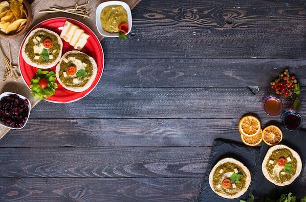 Smakelijke en heerlijke bruschetta met avocado en chips op een houten tafel Premium Foto