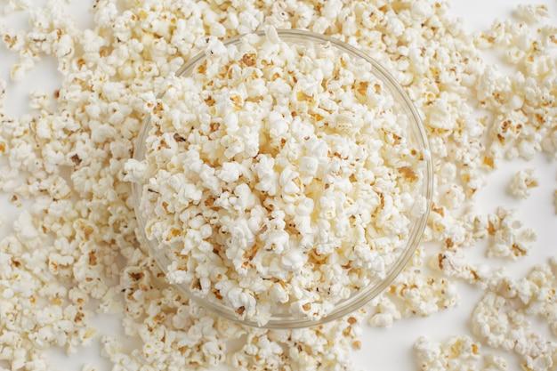 Smakelijke gezouten popcorn in kom Premium Foto
