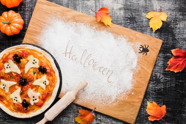 Smakelijke halloween-pizza op houten raad Gratis Foto