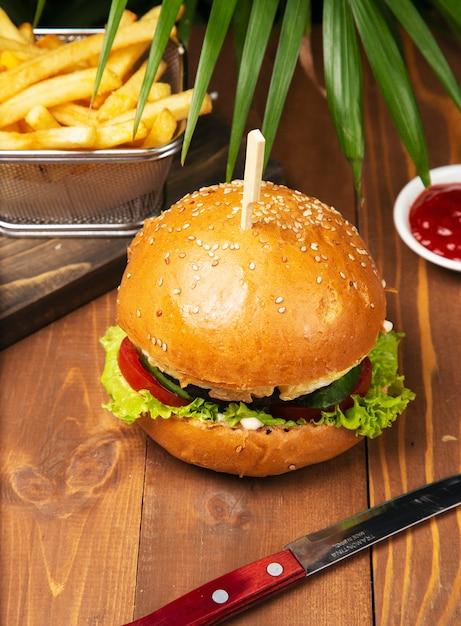 Smakelijke hamburger met rundvlees met frieten Gratis Foto