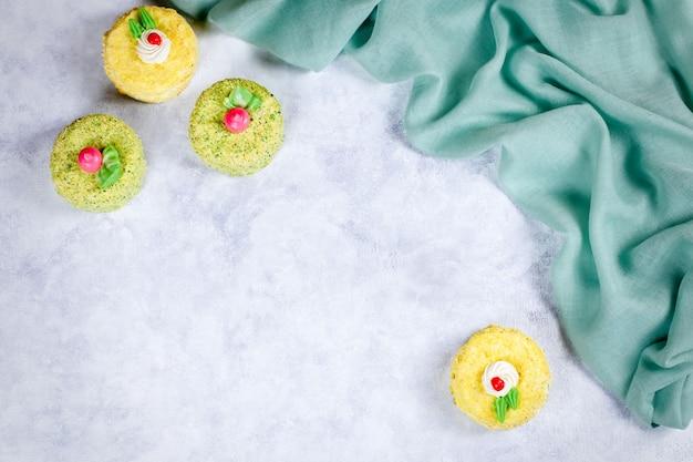 Smakelijke, heerlijke, kleurrijke taarten met decoratie op houten tafel, plat lag Premium Foto