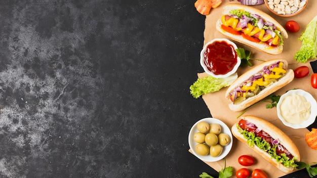 Smakelijke hotdogs op zwarte leisteen tafel Gratis Foto