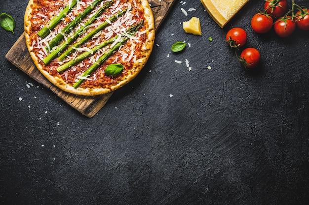 Smakelijke italiaanse pizza met tomatensaus en parmezaanse kaas Gratis Foto