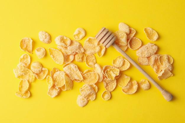 Smakelijke muesli en lepel op geel Premium Foto