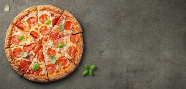 Smakelijke pepperonispizza. Premium Foto