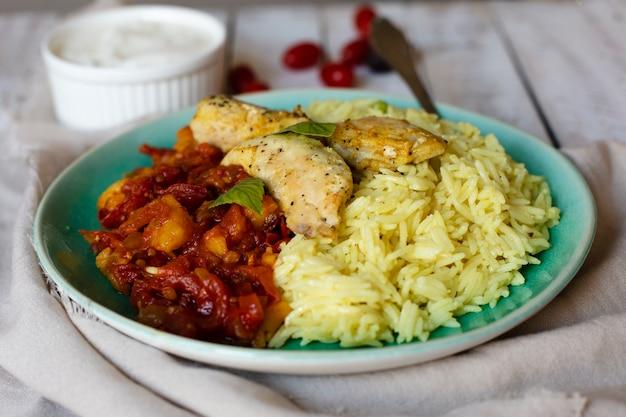 Smakelijke rijst en chiken indisch recept Gratis Foto