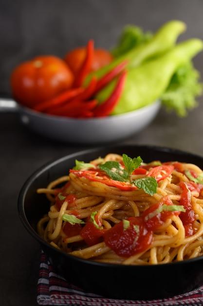 Smakelijke spaghetti italiaanse pasta met tomatensaus Gratis Foto