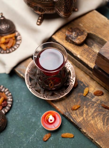 Smakelijke thee en snack met houten achtergrond Gratis Foto
