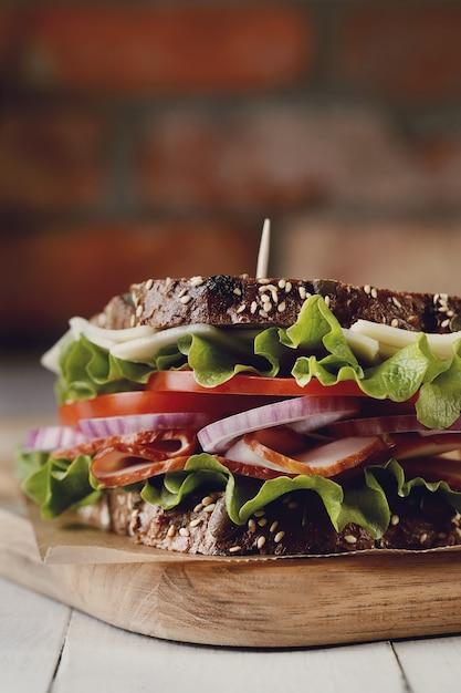 Smakelijke veganistische sandwich over houten tafel Gratis Foto