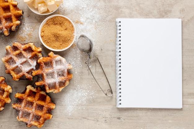 Smakelijke wafelsuiker en een notitieboekje Gratis Foto