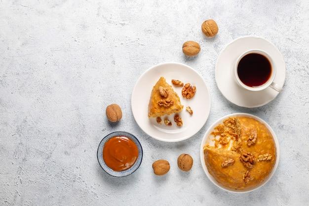 Smakelijke zelfgemaakte sovjet traditionele anthill cake met walnoot, gecondenseerde melk en koekjes Gratis Foto