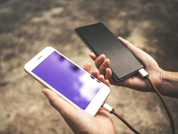 Smartphone die batterij van externe machtsbank laadt Premium Foto