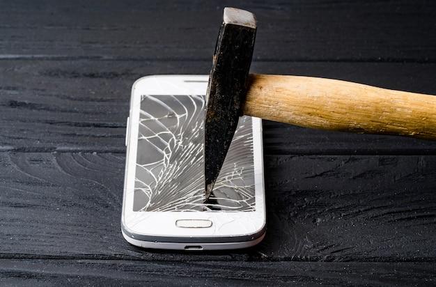 Smartphone met gebroken scherm Premium Foto