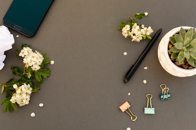 Smartphone-mock-up en lentebloemenframe. lente achtergrond met mobiele telefoon. ruimte kopiëren. Premium Foto