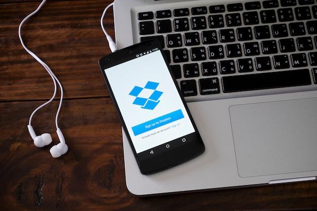 Smartphone op laptop toetsenbord Premium Foto