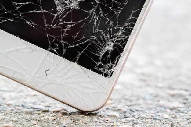 Smartphone raakt de grond. gebroken scherm Premium Foto