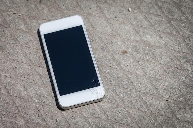 Smartphone valt op de grond en schermschade Premium Foto