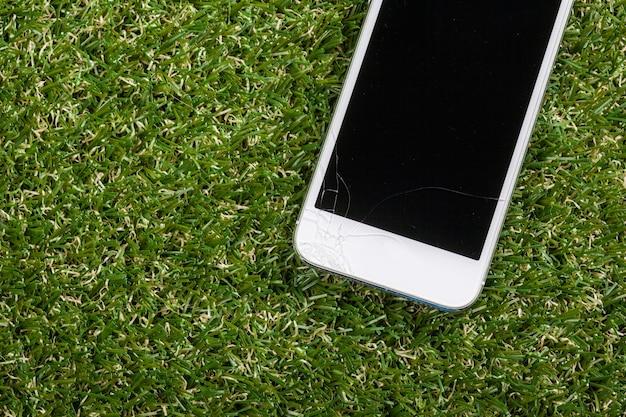 Smartphone valt op de vloer en schermbeschadiging Premium Foto