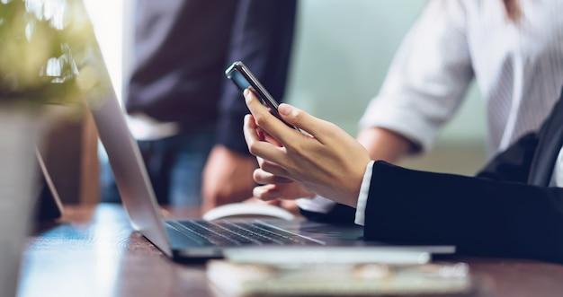 Smartphone van de bedrijfsvrouwenholding, die celtelefoon op kantoor met behulp van. Premium Foto