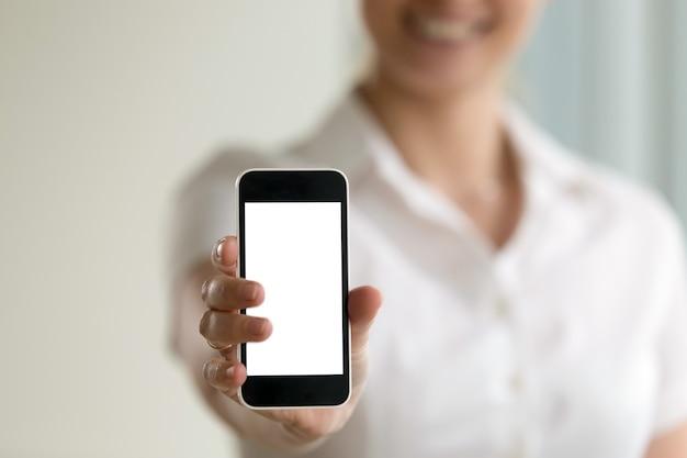 Smartphone van de vrouwenholding, het modelscherm voor mobiele advertenties, exemplaarruimte Gratis Foto