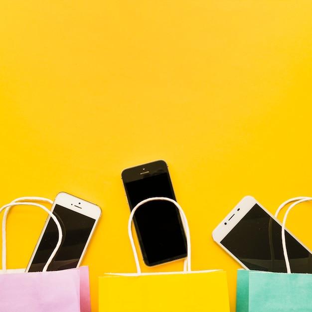 Smartphones in boodschappentassen Gratis Foto