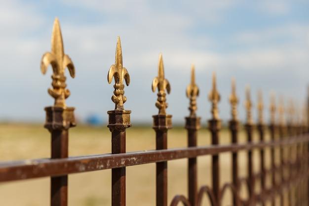 Smeedijzeren hek met decoratieve pijlen Premium Foto