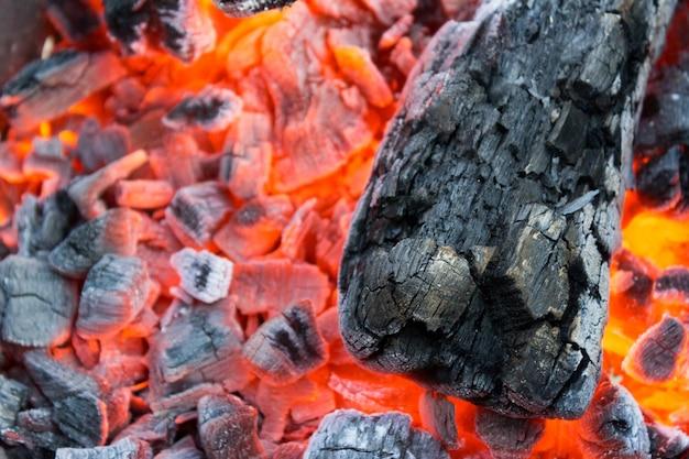 Smeulende houtskool in een barbecueclose-up Premium Foto