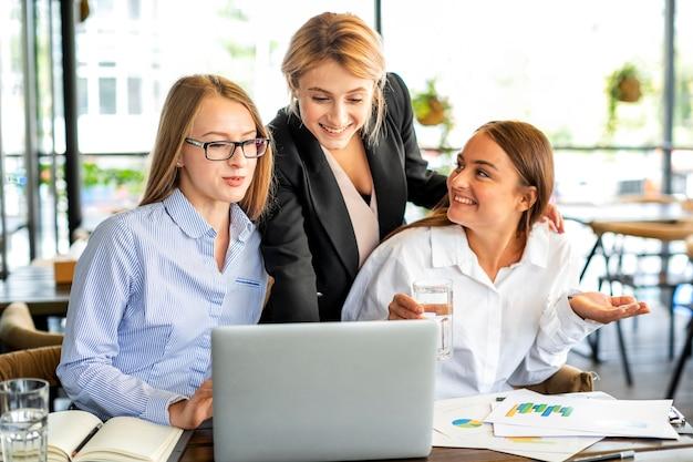 Smiley bedrijfsvrouwen op kantoor Gratis Foto