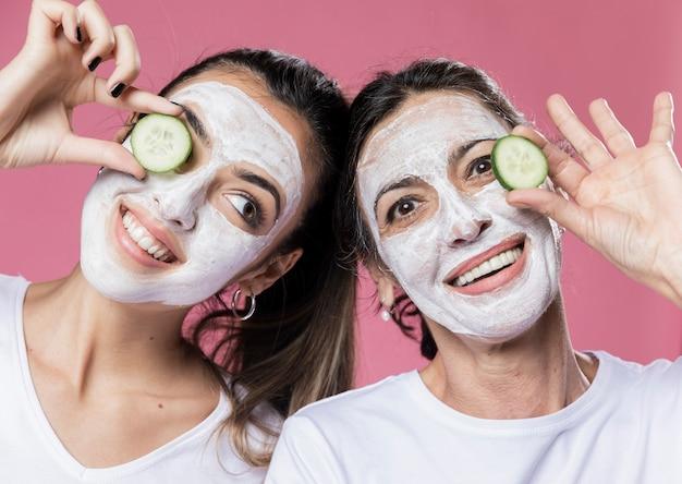 Smiley dochter en moeder met gezichtsmasker Gratis Foto