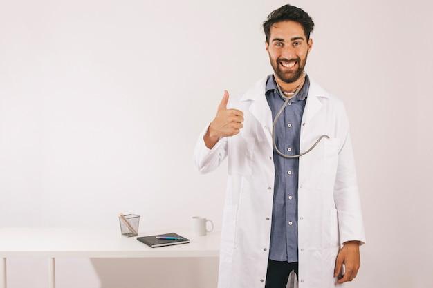 Smiley dokter zegt alles is oke Gratis Foto