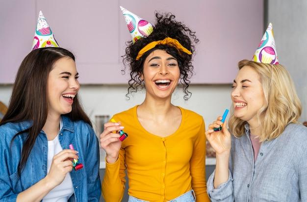 Smiley gelukkige vrouwen met feestmutsen Gratis Foto