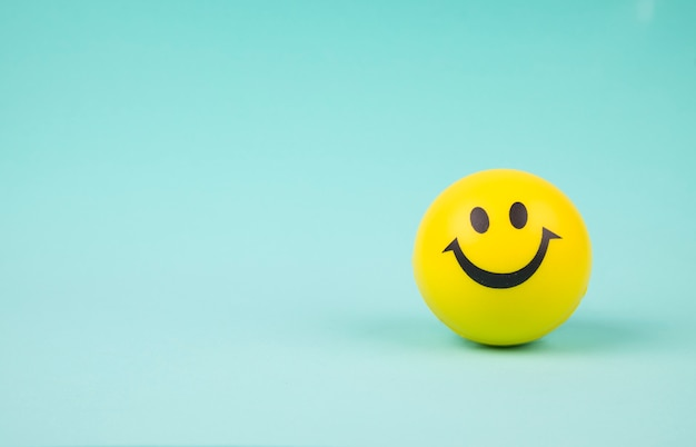 Smiley gezicht bal op achtergrond zoete retro vintage kleur Gratis Foto