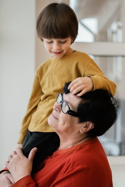 Smiley-grootmoeder en kleinzoon samen thuis Gratis Foto