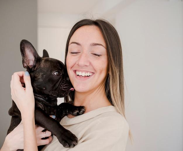 Smiley jong meisje dat haar hond houdt Gratis Foto