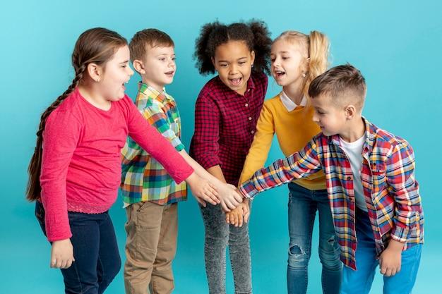 Smiley kinderen doen handbewegingen Gratis Foto