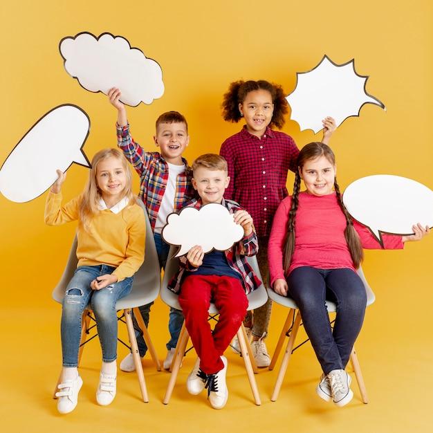 Smiley kinderen houden praatjebellen Gratis Foto