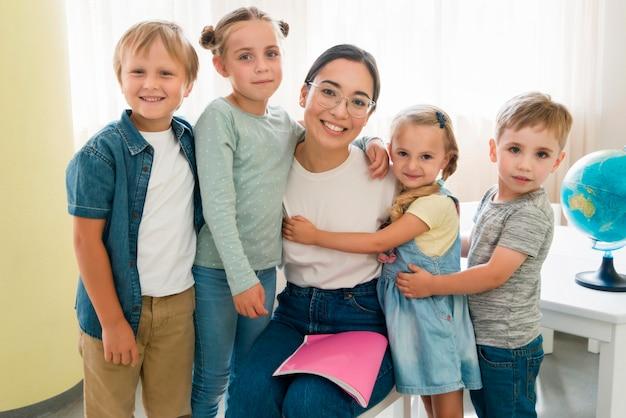 Smiley leraar met haar studenten Premium Foto