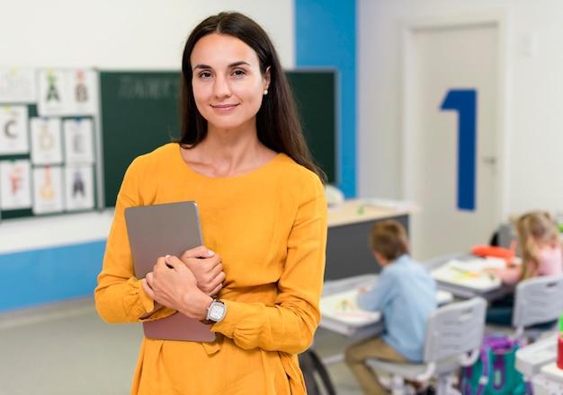 Smiley leraar permanent in de klas Gratis Foto