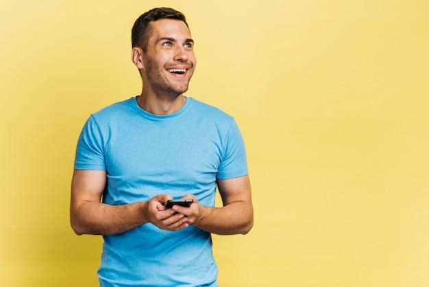 Smiley man met zijn telefoon Gratis Foto