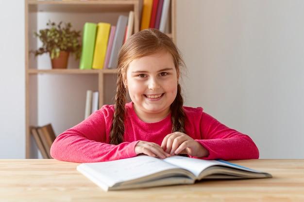 Smiley meisje lezen Gratis Foto