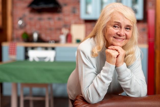 Smiley senior vrouw thuis Gratis Foto