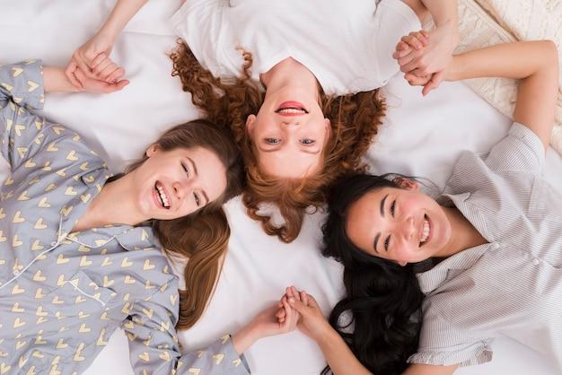Smiley vriendinnen hand in hand Gratis Foto