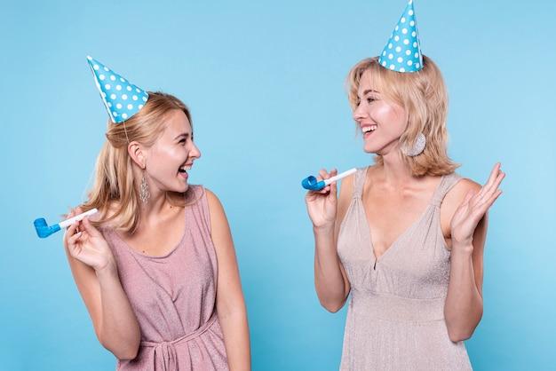 Smiley vriendinnen op verjaardagsfeestje Gratis Foto